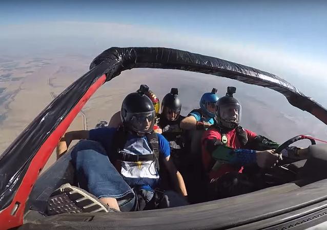 شباب يقفزون من طائرة وهم داخل سيارة