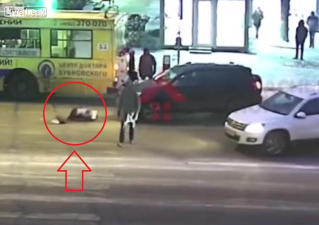 شاهد ماذا فعلت سيدة بعدما صدمتها سيارة