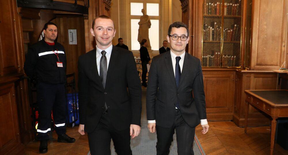 وزير الخزانة الفرنسي جيرالد دارمانين مع وزير الشؤون العامة أولييه دوسوبت لدى وصولهم المحكمة في باريس.
