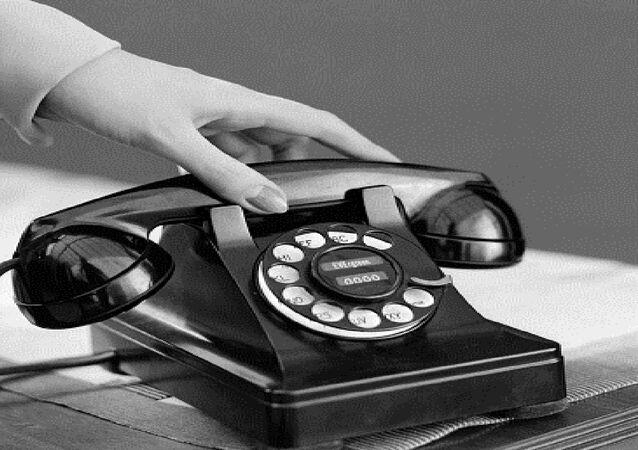 مراهق يحاول الاتصال عبر الهاتف القرص ولكن دون جدوى