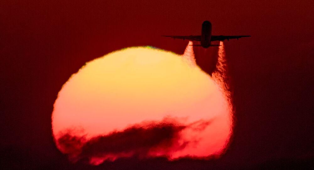 طائرة Airbus A-321 تقلع من مطار سوتشي الدولي على خلفية غروب الشمس في آدلر