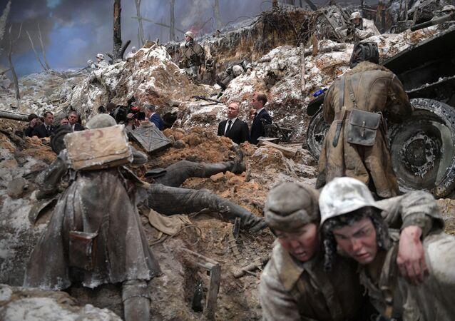 الرئيس فلاديمير بوتين أثناء مشاهدته لبانوراما العملية العسكرية إسكرا لكسر حصار لينينغراد في متحف بروريف بلوكادي لينينغرادا في كيروفسك، روسيا