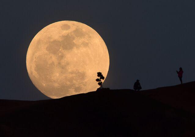 ثلاث ظواهر فريدة من نوعها في وقت واحد: خسوف القمر والقمر الكامل والقمر العملاق - الولايات المتحدة 31 يناير/ كانون الثاني 2018