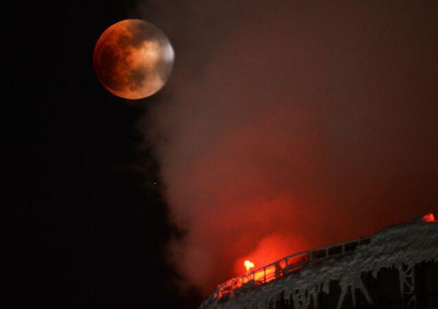 ثلاث ظواهر فريدة من نوعها في وقت واحد: خسوف القمر والقمر الكامل والقمر العملاق - نوفوسيبيرسك، روسيا 31 يناير/ كانون الثاني 2018