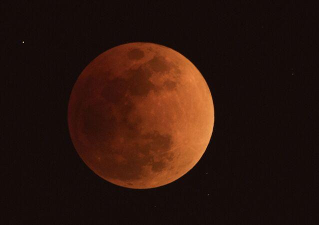 ثلاث ظواهر فريدة من نوعها في وقت واحد: خسوف القمر والقمر الكامل والقمر العملاق