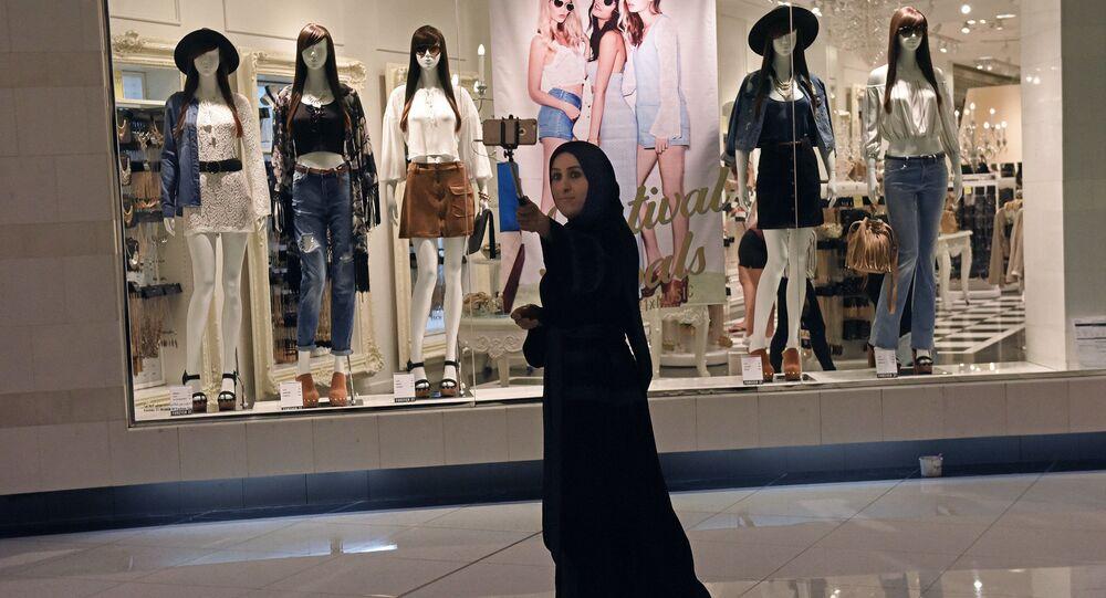 امرأة إماراتية في دبي مول