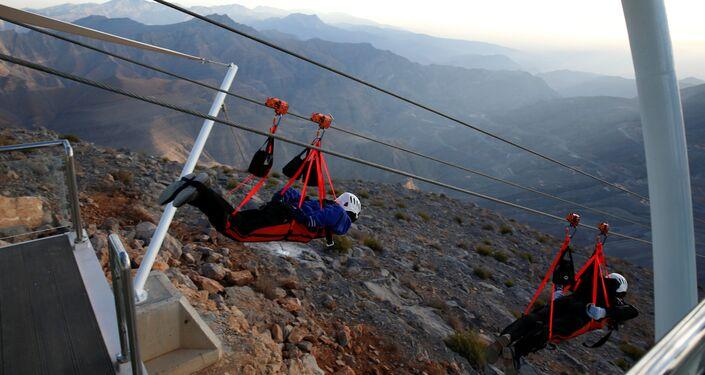 أشخاص يجربون أطول خظ زيب لاين فوق جبل جيس، الإمارات العربية المتحدة 31 يناير/ كانون الثاني 2018