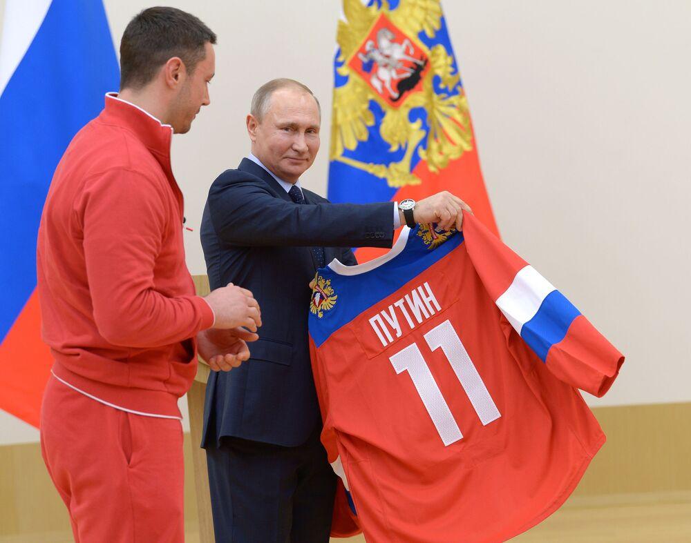 الرئيس فلاديمير بوتين أثناء لقائه مع الرياضيين الروس، المشاركين في الألعاب الأولمبية الشتوية 2018