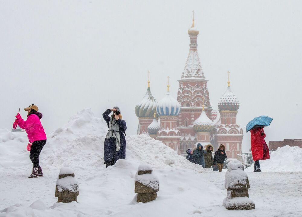 سياح يلتقطون صورا على الساحة الحمراء خلال تساقط اللثوج الكثيفة في موسكو، روسيا 31 يناير/ كانون الثاني 2018