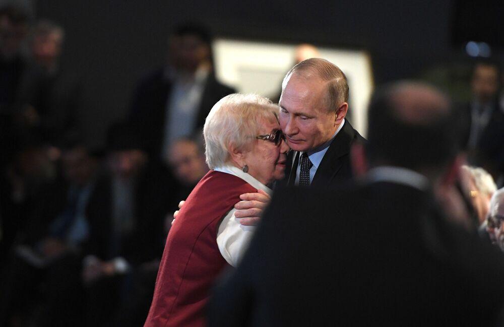 الرئيس فلاديمير بوتين لدى زيارته للمتحف اليهودي في يوم ضحايا الهولوكوست وبمناسبة كسر الحصار عن لينينغراد