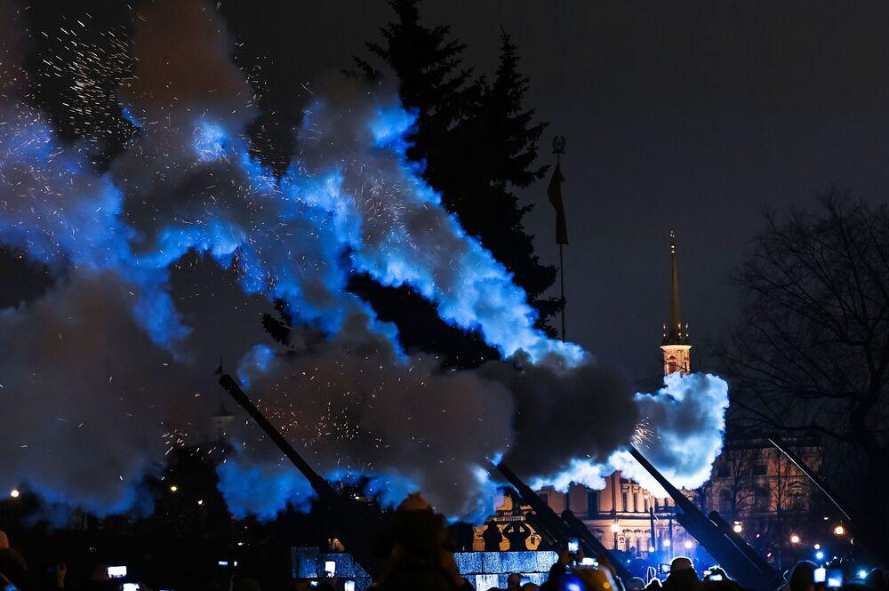ألعاب نارية خلال الاحتفال بإحياء الذكرى الـ 75 لكسر حصار لينينغراد
