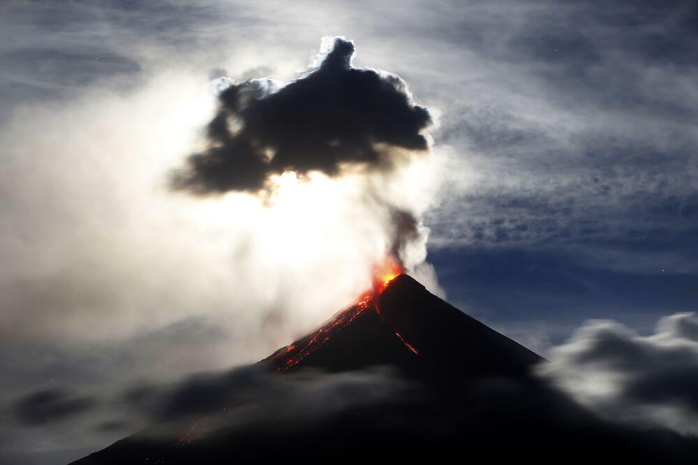 الأدخنة المتصادة إثر ثوران بركان مايون على خلفية القمر الدموي الأزرق العملاق في الفلبين 1 فبراير/ شباط 2018