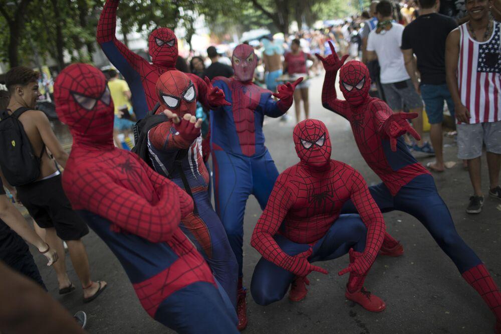 أشخاص يرتدون زي رجل العنكبوت خلال مهرجان 'Desliga da Justica' في ريو دي جانيرو، البرازيل 27 يناير/ كانون الثاني 2018