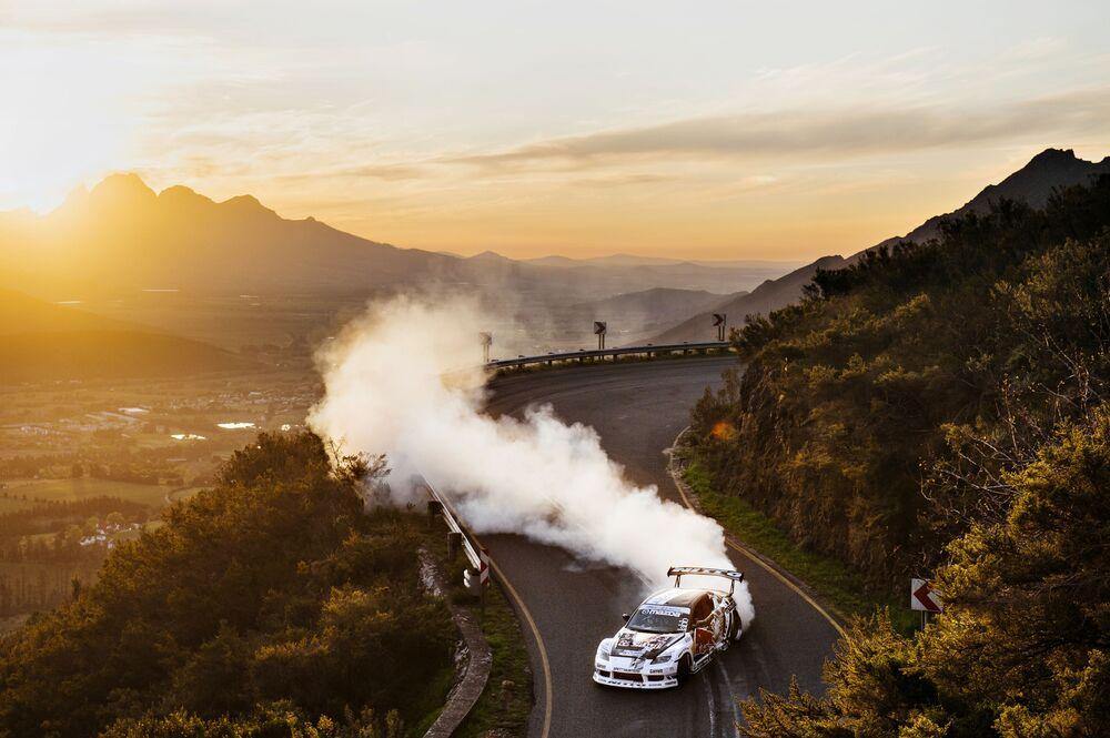 المتسابق مايك أويديت يقود سيارة في ضواحي مدينة فرانشويك، كيب تاون، جنوب أفريقيا 31 يناير/ كانون الثاني 2018