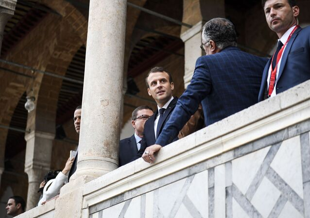 زيارة الرئيس الفرنسي إيمانويل ماكرون إلى تونس، الرئيس الفرنس لدى زيارته جامع الزيتونة في البلدة القديمة مدينة 1 فبراير/ شباط 2018