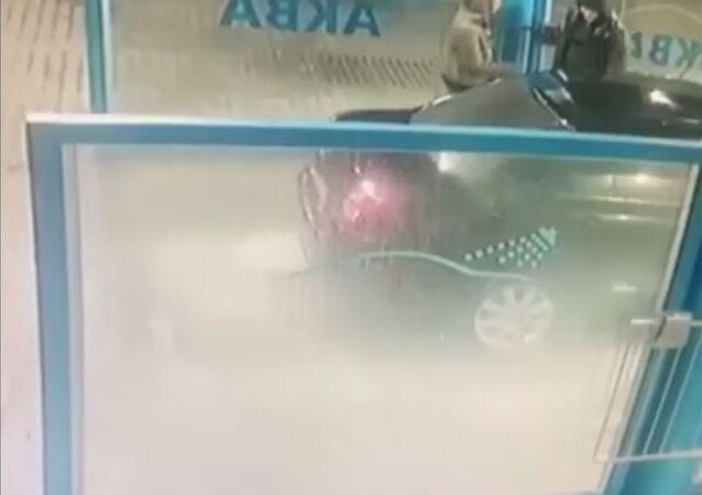 رجل يرش إمرأة في مغسل للسيارات