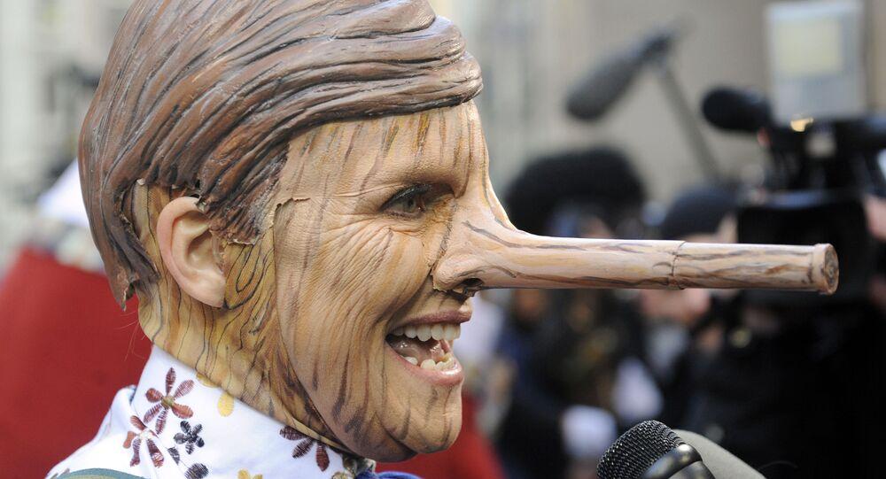 رجل متنكر في صورة الدمية الخشبية بينوكيو في عيد الهالوين 2008