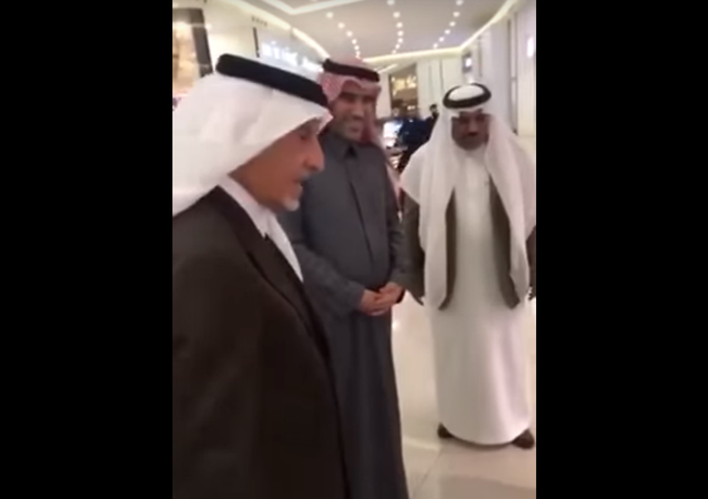أمير مكة يستفسر من عاملان حول عدم ارتدائهما الزي السعودي