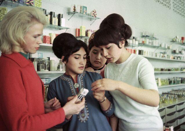 محل تجاري لأدوات التجميل في عشق آباد، تركمانستان، الاتحاد السوفيتي 1968