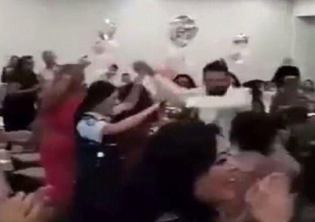 شرطيان أستراليان يرقصان في حفل زفاف لبناني
