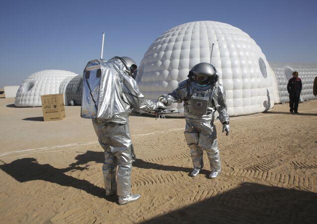 ممثلو البعثة العلمية AMADEE-18 خلال إجراء تجربة لمحاكاة الحياة على كوكب المريخ في صحراء عُمان