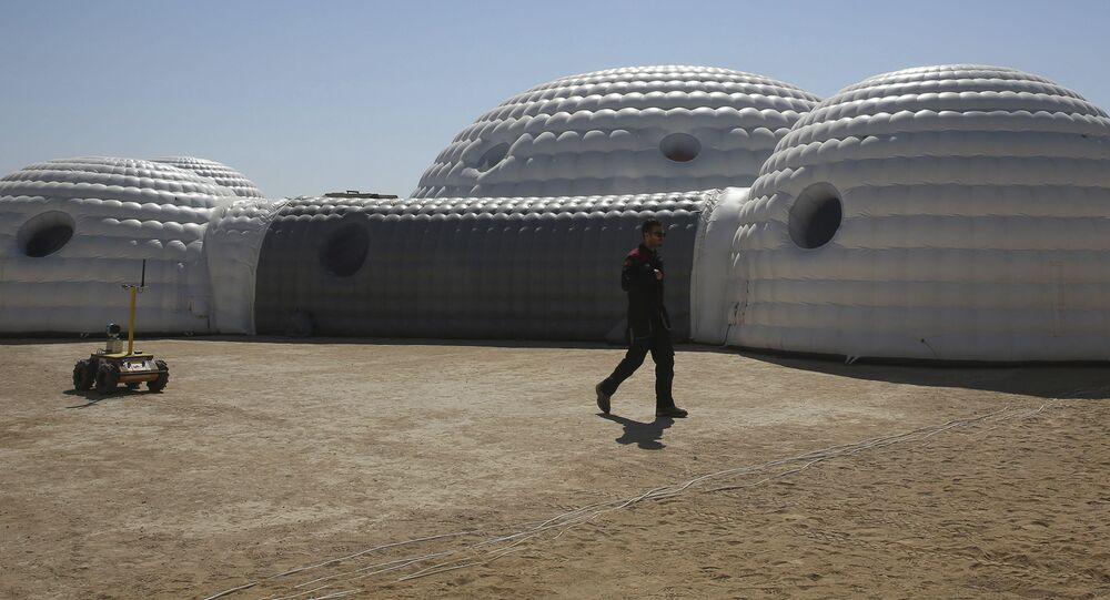 مكان الإقامة (2.4 طن) الذي تستخدمه بعثة AMADEE-18 لمحاكاة الحياة على كوكب المريخ في صحراء ظفار في عُمان