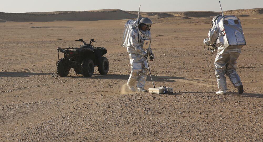علماء البعثة AMADEE-18 خلال محاكاة عملية إجراء التجارب الميدانية على سطح كوكب المريخ في صحراء ظفار