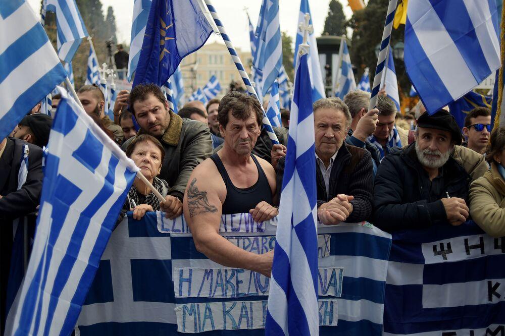 متظاهرون يونانيون يحملون أعلام يونانية في أثينا، اليونان 4 فبراير/ شباط 2018