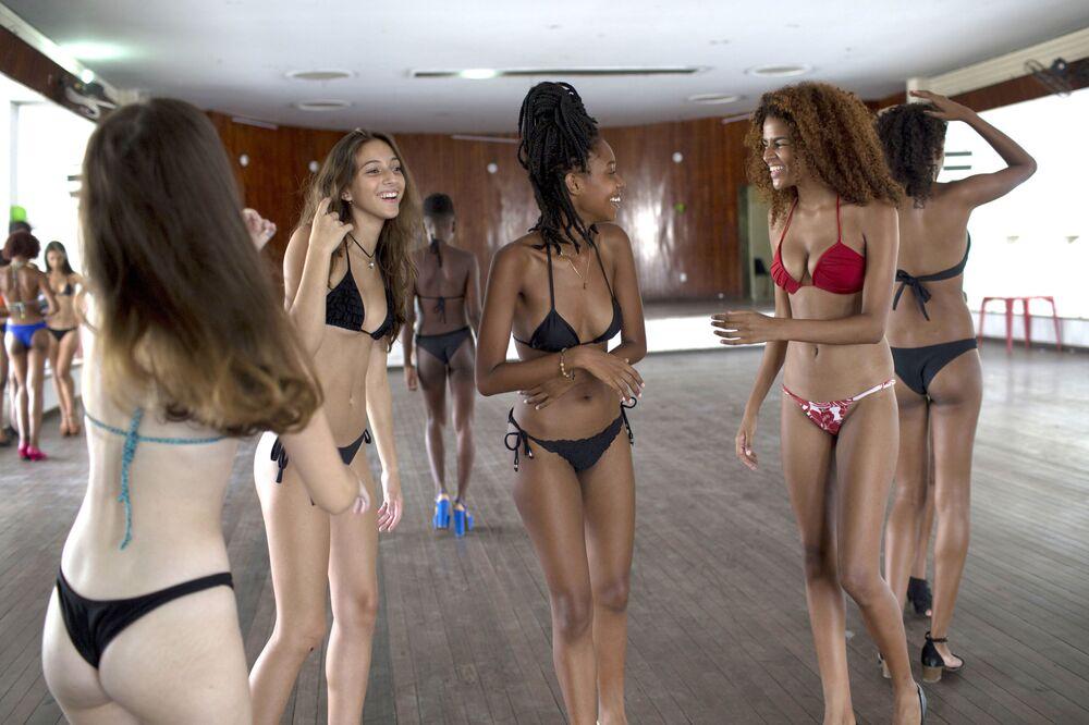 طالبات مدرسة لعارضات أزياء ساندرا باسوس قبل بدء الدرس بمدينة ريو دي جانيرو، ابرازيل 7 فبراير/ شباط 2018