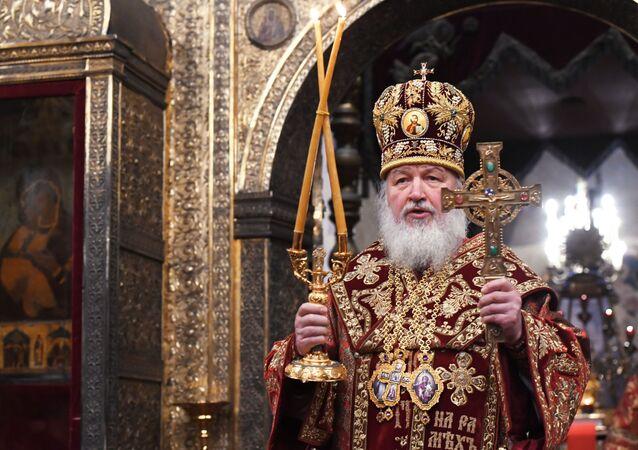 بطريرك موسكو وعموم روسيا كيريل خلال الصلاة من أجل الفريق الأولمبي الروسي، قبل توجه الأخير إلى كوريا الجنوبية، في كاتدرائية أوسبينسكي بالكرملين في موسكو