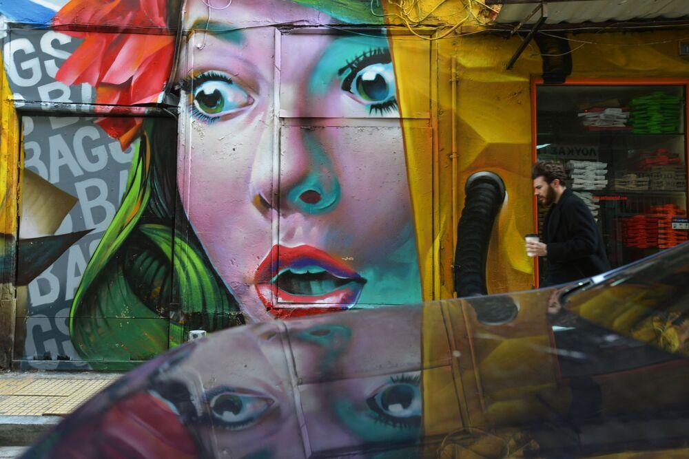 رسم غرافيتي على أحد جدران مدينة أثينا، اليونان