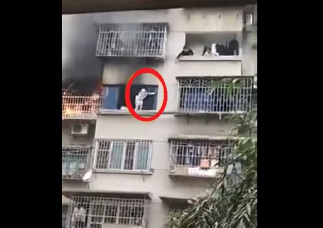 فتاة تنجو من حريق بشقتها