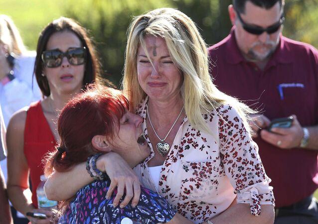 أهالي الطلاب في انتظار الأخبار عن أولادهم، بعد حادث إطلاق نار بمدرسة ستونمان دوجلاس الثانوية في فلوريدا، الولايا تالمتحدة 14 فبراير/ شباط 2018