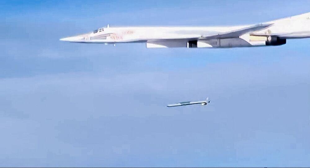 قاذفة تو-160 تطلق صاروخ إكس-101