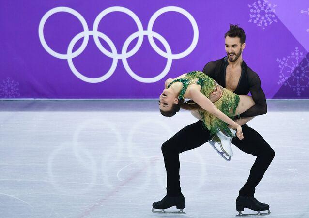 المتسابقة الفرنسية للرقص الفني على الزليج، غابرييلا باباداكيس، مع المتسابق، غيوم سيزيرو