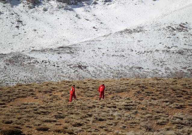 مجموعة من قوات الطوارئ والإنقاذ تبحث عن حطام الطائرة الإيرانية المنكوبة في منطقة جبلية وسط إيران