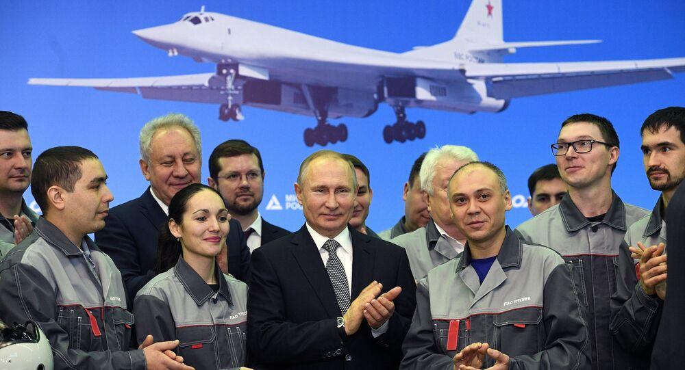 الرئيس بوتين وعمال مصنع الطائرات في مدينة قازان