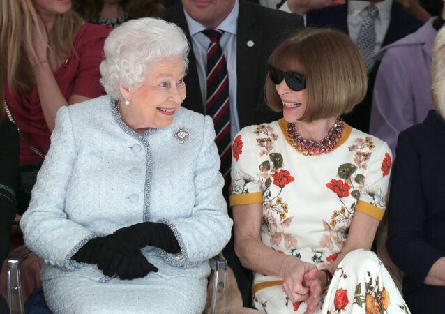 ملكة بريطانيا إليزابيث الثانية تجلس مع رئيس تحرير مجلة فوغ في عرض أزياء أقيم في العاصمة البريطانية لندن في 20 فبراير/شباط 2018