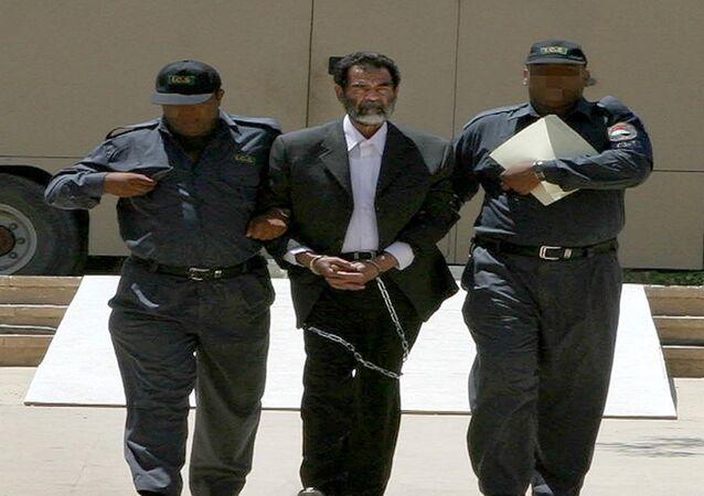 القوات الأمريكية تلقي القيض على صدام حسين
