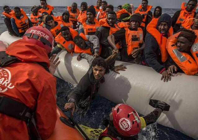 إنقاذ لاجئين على بعد 60 ميلا من سواحل ليبيا، 18 فبراير/ شباط 2018
