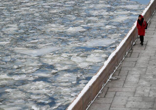 مارة تسير على ضفة نهر موسكو