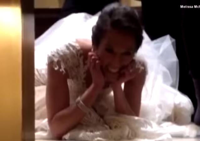 عروس تعلق داخل مصعد