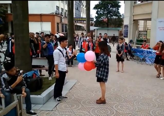 فتاة تطلب من شاب أن يرقص معها والأخير يضعها بموقف محرج