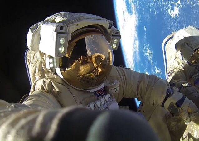 رائدا فضاء روس كوسموس أنطون شكابليروف وألكسندر ميسوركين خلال مهمة السير خارج محطة الفضاء الدولية، والتي اتسغرقت مدة 8 ساعات و 12 دقيقة