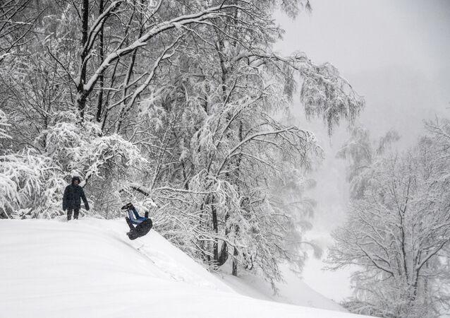 صبيان يلعبون بالثلج في حي خيمكي في شمال موسكو