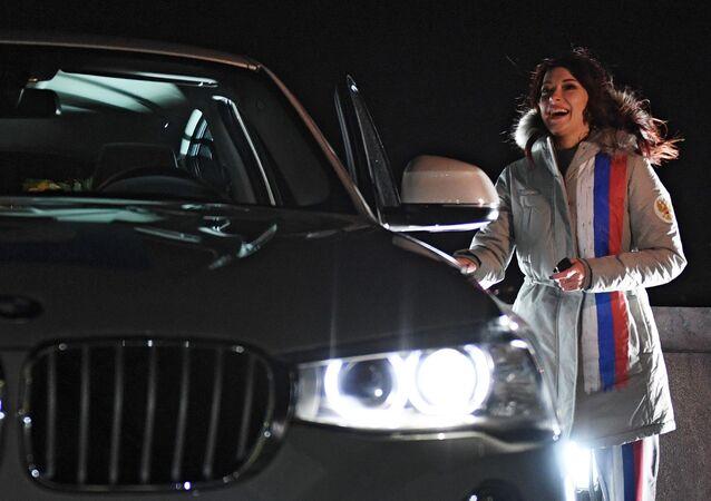 رئيس الوزراء الروسي دميتري ميدفيديف يلتقي بالرياضيين الروس الفائزين في الألعاب الأولمبية الشتوية 2018 في كوريا الجنوبية، ويمنحهم سيارات BMW الحديثة