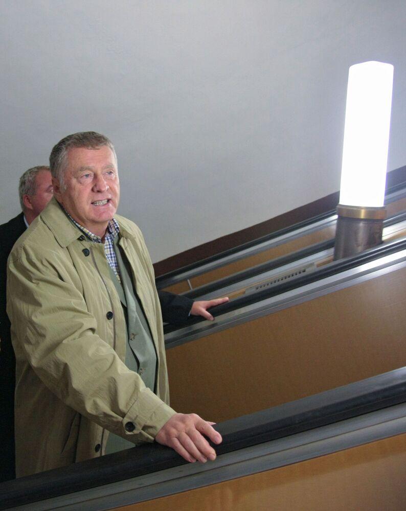 زعيم الحزب الديموقراطي الليبرالي الروسي، فلاديمير جيرينوفسكي في مترو أنفاق موسكو