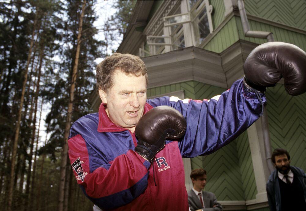 زعيم الحزب الديموقراطي الليبرالي الروسي، فلاديمير جيرينوفسكي يمارس الرياضة
