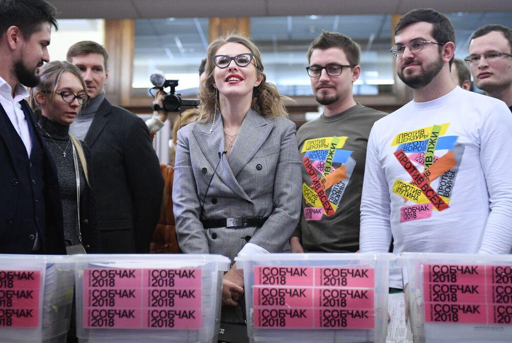 مقدمة البرامج التلفزيونية كسينيا سوبتشياك وأنصارها أثناء تغطية عملية جمع التوقيعات إلى اللجنة المركزية للانتخابات الروسية