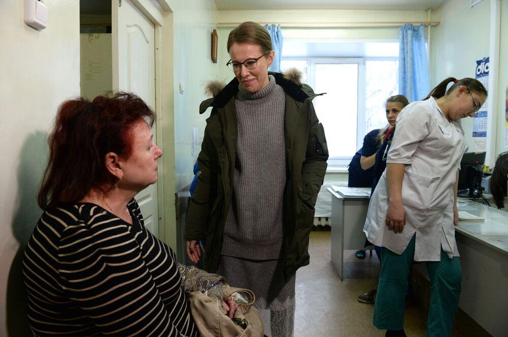 كسينيا سوبتشياك، مرشحة من الحزب السياسي المبادرة المدنية لانتخابات الرئاسة الروسية  في مستشفى بريدسك المركزية
